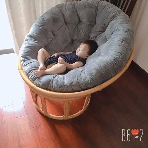 Bé nằm ngủ trên ghế mây papasan