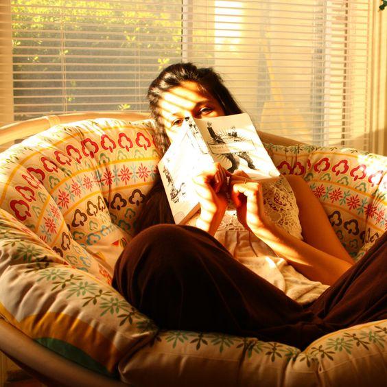 Đọc sách với ghế mây Papasan thư giãn tuyệt đối